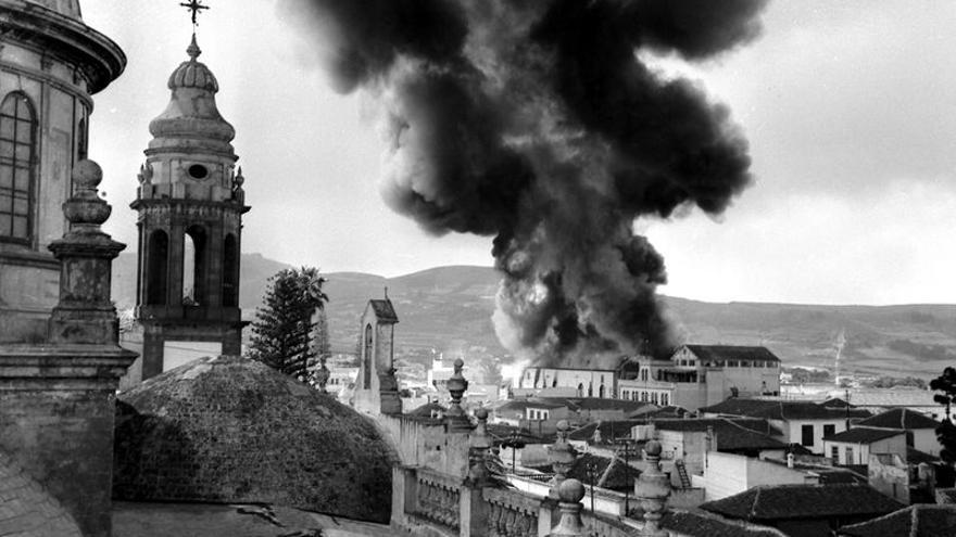 Una densa humareda invadió el cielo lagunero el 2 de junio de 1964. Archivo fotográfico de Gerardo Guerra)