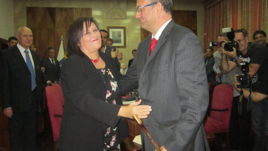 En la imagen, momento en que Guadalupe González cedió el bastón de mando a Anselmo Pestana. Foto: LUZ RODRÍGUEZ