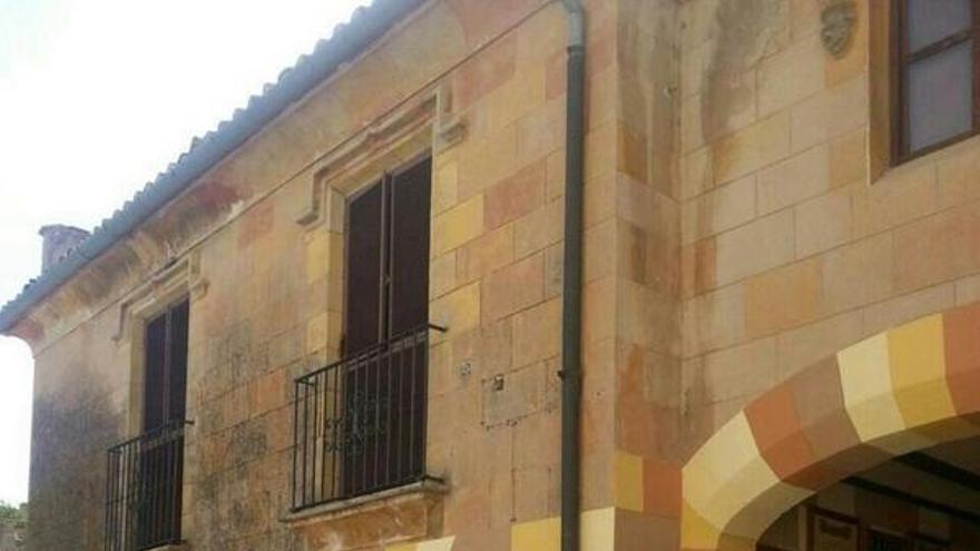 El ayuntamiento ha pintado directamente sobre la piedra de las paredes