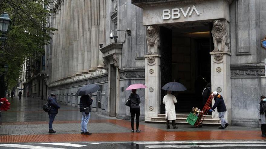 Una larga cola en una entidad bancaria en Bilbao.
