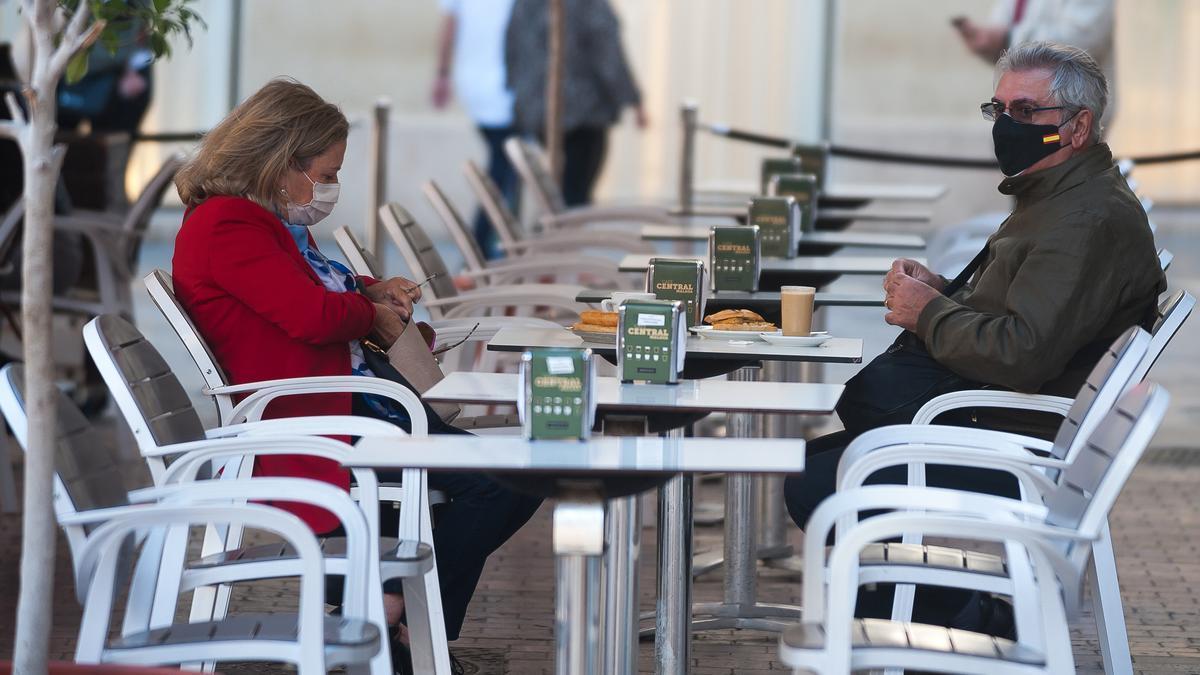 Dos personas en una terraza de Málaga en octubre de 2020.
