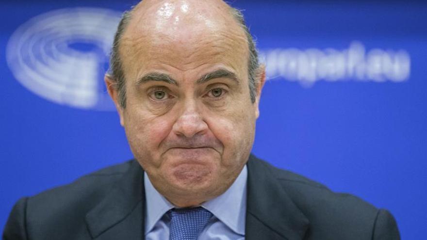 De Guindos está comprometido a cumplir el objetivo sobre el déficit, dice un diario