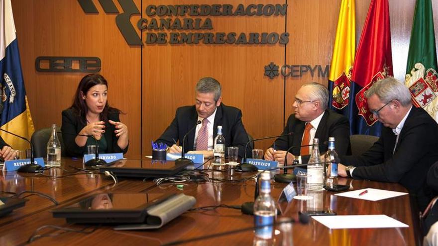 La candidata del PSOE a presidenta del Gobierno de Canarias, Patricia Hernández (i), y el diputado nacional Sebastián Franquis (d), con los miembros de la junta directiva de la Confederación Canaria de Empresarios. EFE/Ángel Medina G.