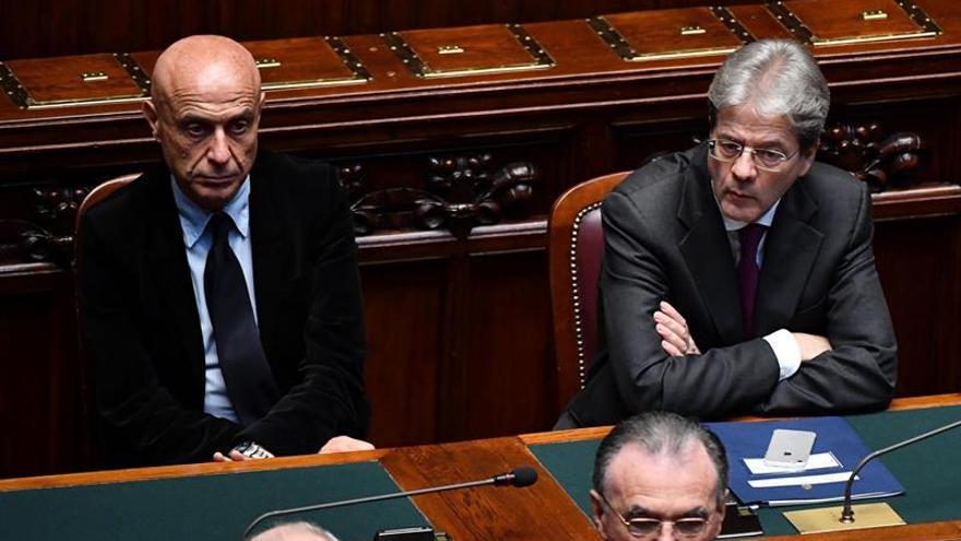 Marco Minniti y el entonces primer ministro Paolo Gentiloni en el Parlamento italiano en marzo de 2017.