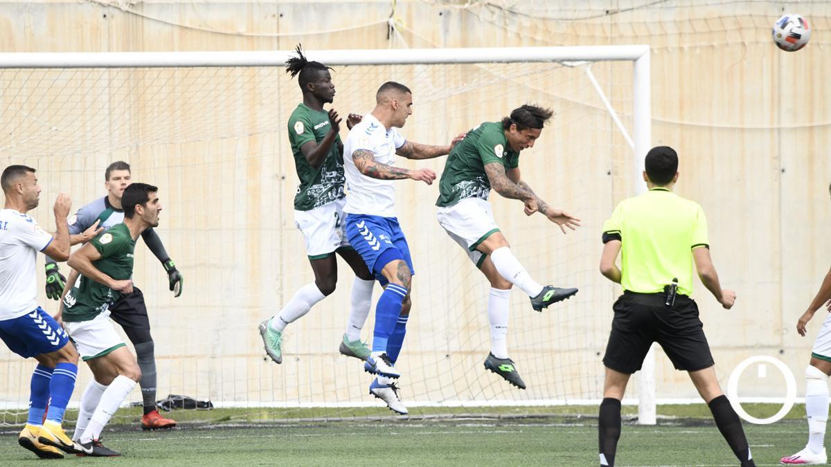 Jugadores del Córdoba en plena acción ante el Tamaraceite