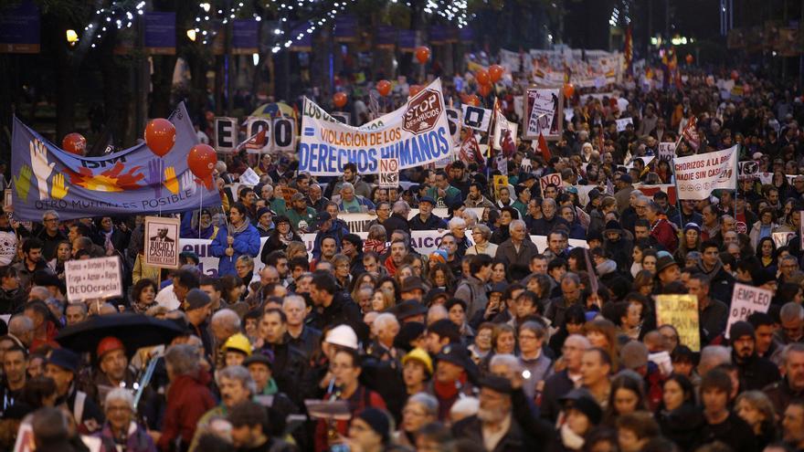 """La lluvia no lastró las ganas de miles de personas de salir a la calle ante lo que consideran una situación de """"emergencia social"""". \ Olmo Calvo"""