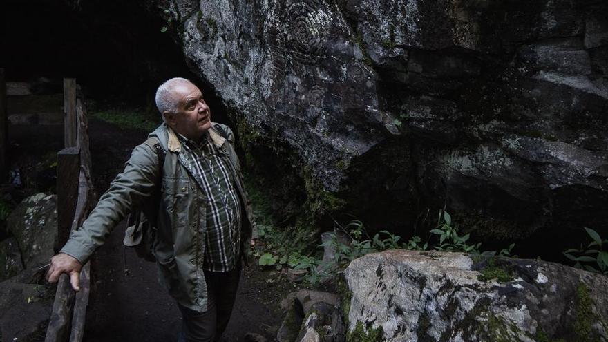 Jorge Pais contempla los grabados de La Zarza, en Garafía.