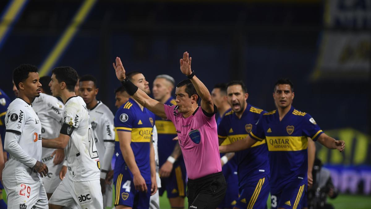 El VAR llamó al árbitro colombiano Andrés Rojas, quien anuló el tanto por un presunto empujón de Norberto Briasco, prácticamente imperceptible, sobre Nathan, que desnaturalizó por completo el resto del juego.