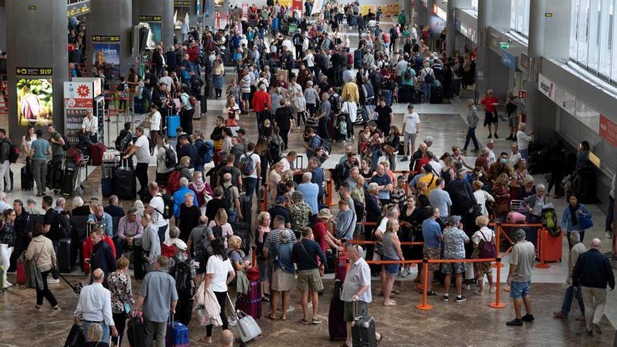 """Canarias y la aerolínea TUI harán test """"voluntarios y selectivos"""" a los turistas a partir de noviembre"""