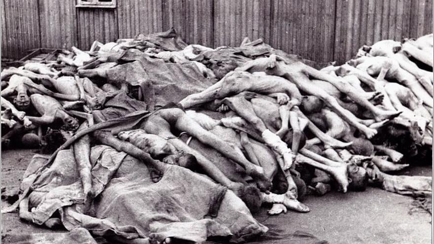 Cadáveres apilados junto a las barracas de Mauthausen