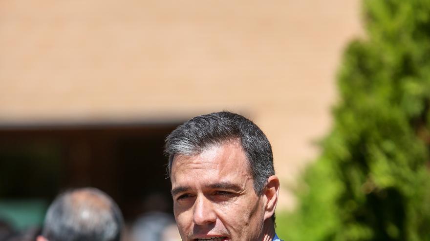 El secretario general del PSOE y presidente del Gobierno, Pedro Sánchez, ofrece declaraciones a los medios de comunicación tras ejercer su derecho a voto en el Centro Cultural Volturno