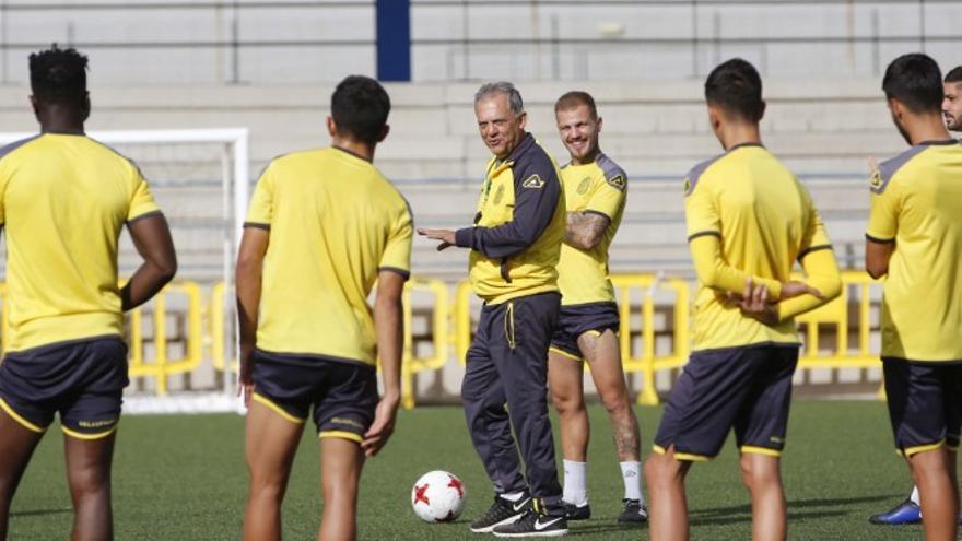 Juan Manuel Rodríguez dirigiendo un entreno de Las Palmas Atlético