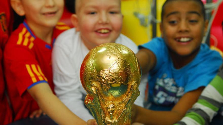 Los niños del Materno con la Copa. (ACFI PRESS)