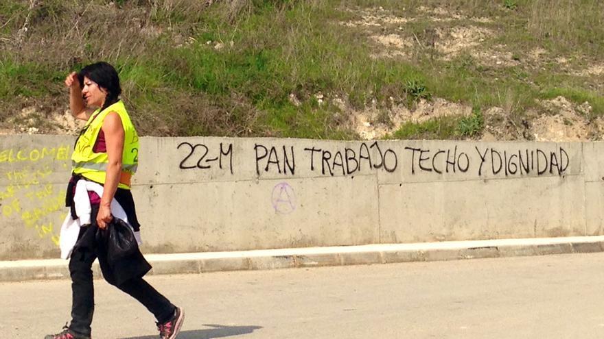 Una de las participantes de las Marchas de la Dignidad, en su camino desde Tarancón hasta Fuentidueña de Tajo (Foto: Olga Rodríguez)