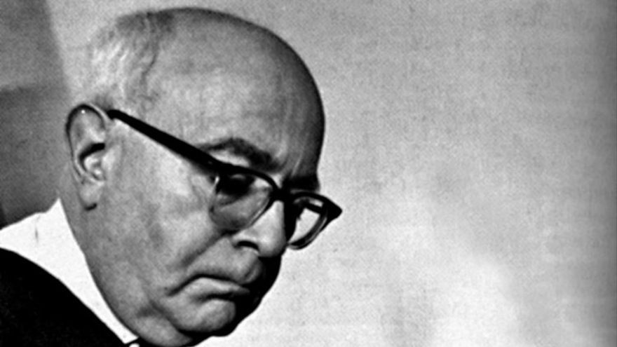 El filósofo alemán Theodor Adorno tocanod el piano. Foto: Suhrkamp.