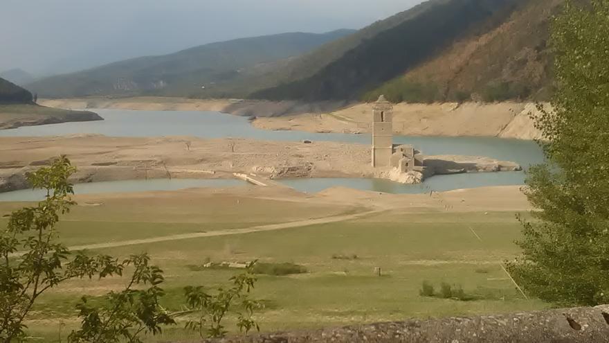 La torre de Mediano, icono de la muerte de pueblos anegados por pantanos en Aragón.