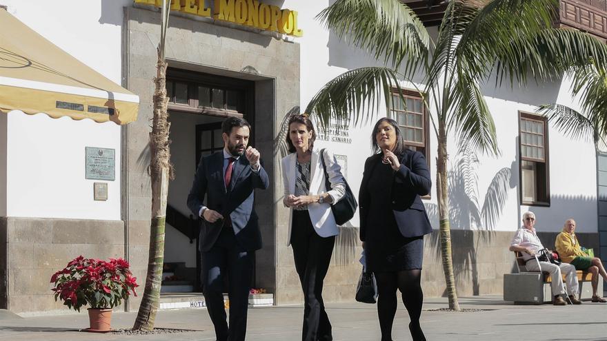 Lope Afonso, alcalde de Puerto de la Cruz, y Mariate Lorenzo (centro), consejera canaria de Turismo