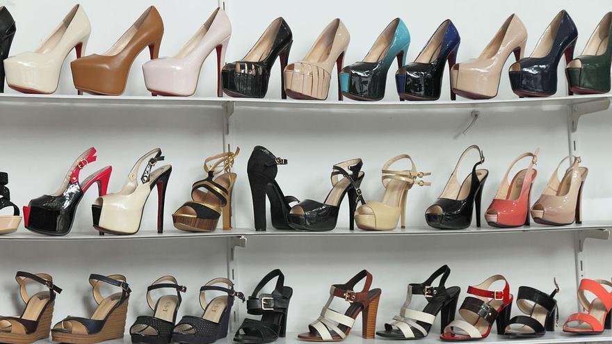 Imagen de archivo: zapatos de tacón en una tienda.