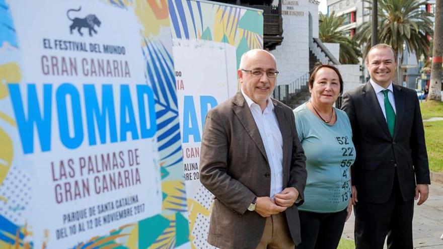 La directora de Womad España, Dania Dévora, acompañada por el presidente del Cabildo de Gran Canaria, Antonio Morales (i), y el alcalde de la capital de la isla, Augusto Hidalgo