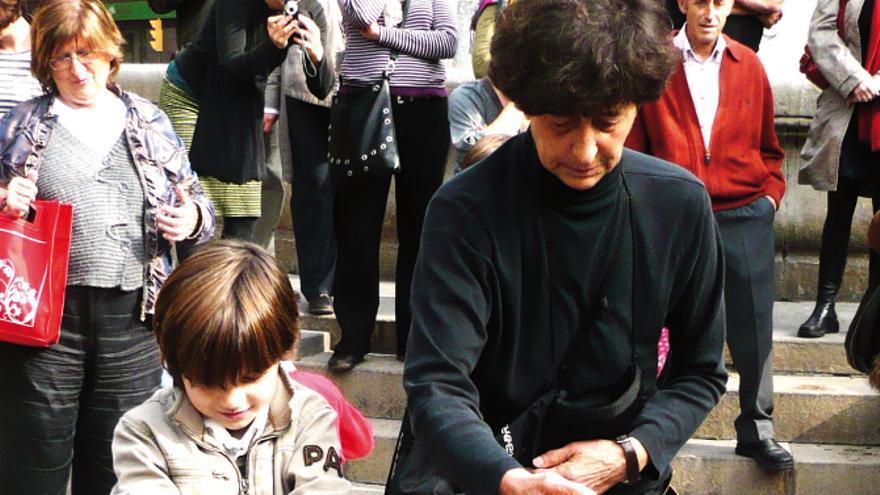 Una imágen de uno de los espectáculos callejeros de Esther Ferrer