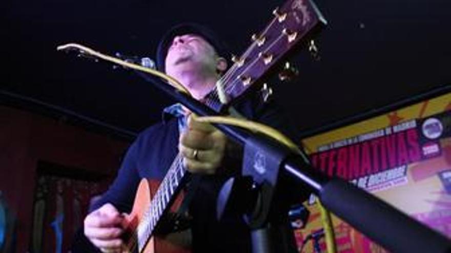 Guitarrista en la presentación de la V Edición de Alternativas en concierto