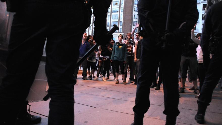 Policía enfrentada a manifestantes el 15 de mayo de 2011 en la plaza de Callao de Madrid, donde se produjeron detenciones tras la manifestación. Foto: Álvaro Minguito / Diagonal.
