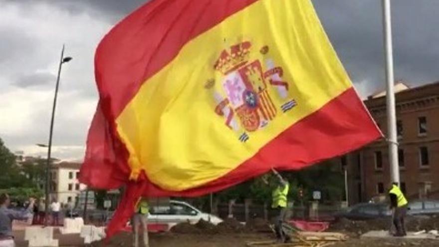 Operarios instalan la bandera a modo de prueba. Será montada de manera definitiva con la inauguración de la glorieta