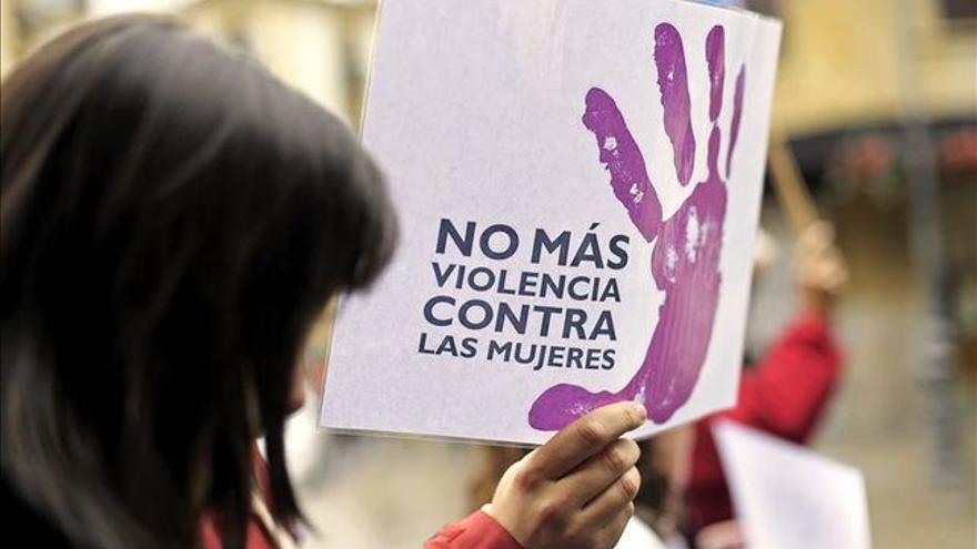 Una mujer sostiene una pancarta en contra de la violencia machista