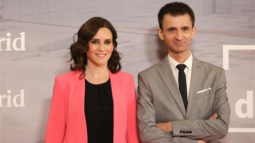 La presidenta regional, Isabel Díaz Ayuso, y el director de Telemadrid, José Pablo López.
