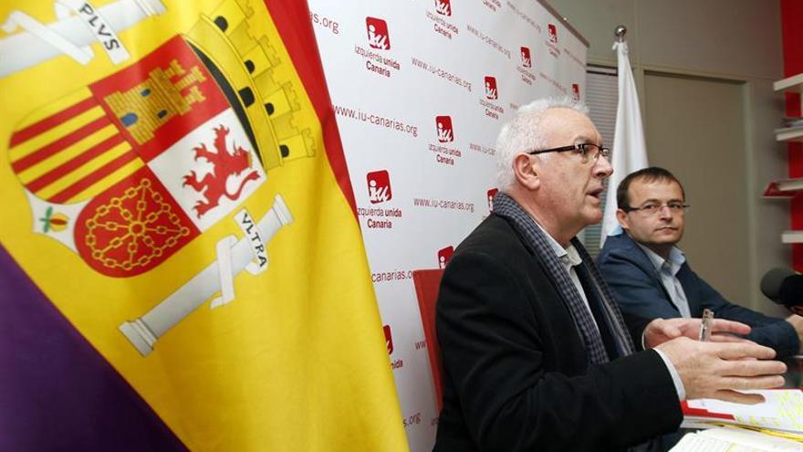 El coordinador general de Izquierda Unida, Cayo Lara, y su homólogo en Canarias, Ramón Trujillo, durante la rueda de prensa que ofrecieron hoy en Las Palmas de Gran Canaria con motivo de la asamblea que celebra la coalición para renovar sus órganos de Consejo Político en el archipiélago. EFE/Elvira Urquijo A.