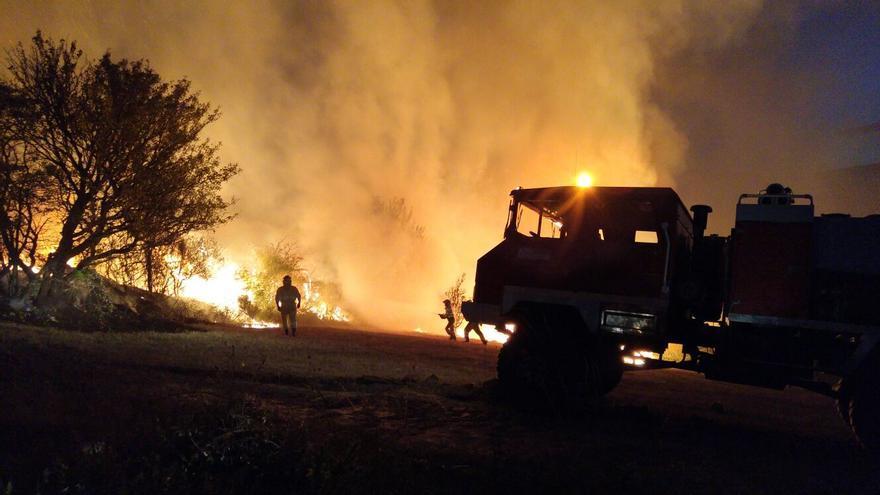 Los bomberos trabajan para que el fuego no afecte a las zonas habitadas.