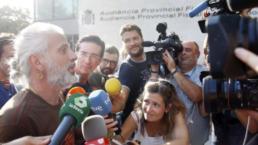 El exgerente de Imelsa, Marcos Benavent, atiende a los medios a las puertas de la Ciudad de la Justicia