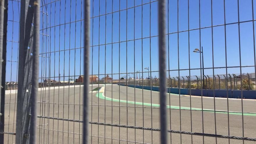 La zona del Grao del circuito urbano de Fórmula 1 permanece vallada y sin uso