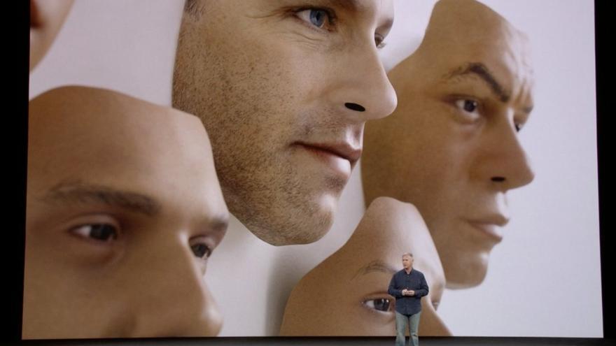 El ejecutivo de Apple, Phil Schiller, mientras presentaba el sistema FaceID