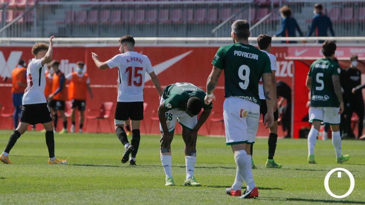 Jugadores del Córdoba, tras la derrota ante el Sevilla Atlético.