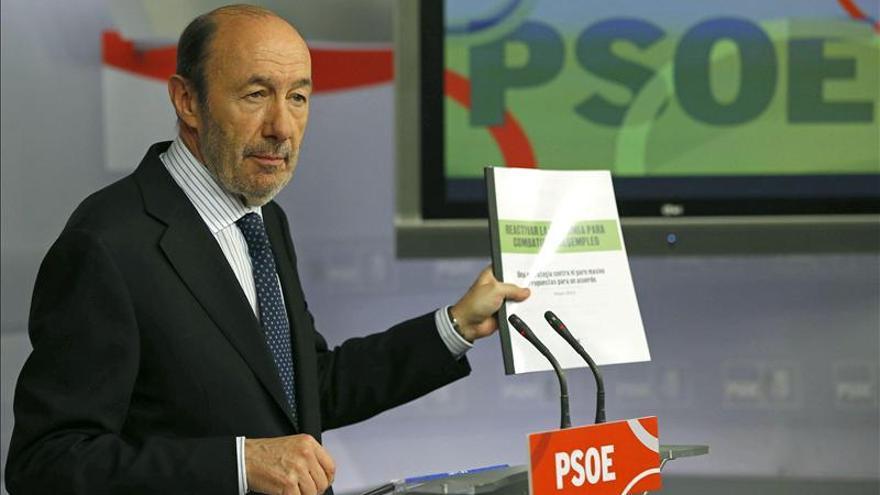 Rubalcaba pide a Rajoy que haga caso a Alemania y use más el rescate bancario