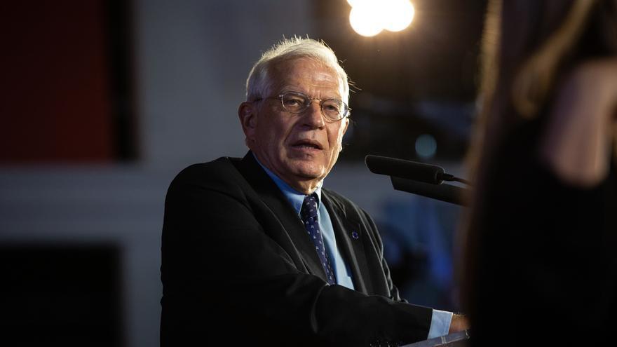 """Borrell lamenta la """"afición a construir muros"""" 30 años después de la reunificación alemana"""