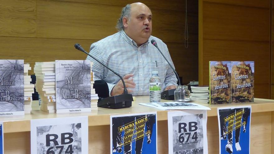 Ramiro Pinto en una de las presentaciones de su libro 'Manual de renta básica'