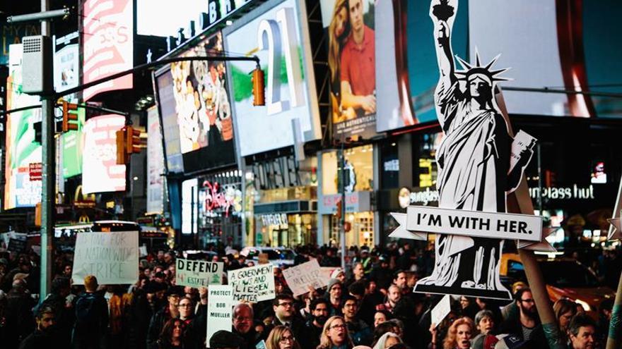 Cientos de personas protestan contra Trump en icónica plaza de Times Square