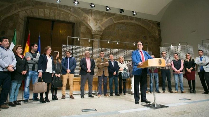 El consejero de Sanidad, José María Vergeles, con los alcaldes afectados por la remodelación de las urgencias rurales / GobEx