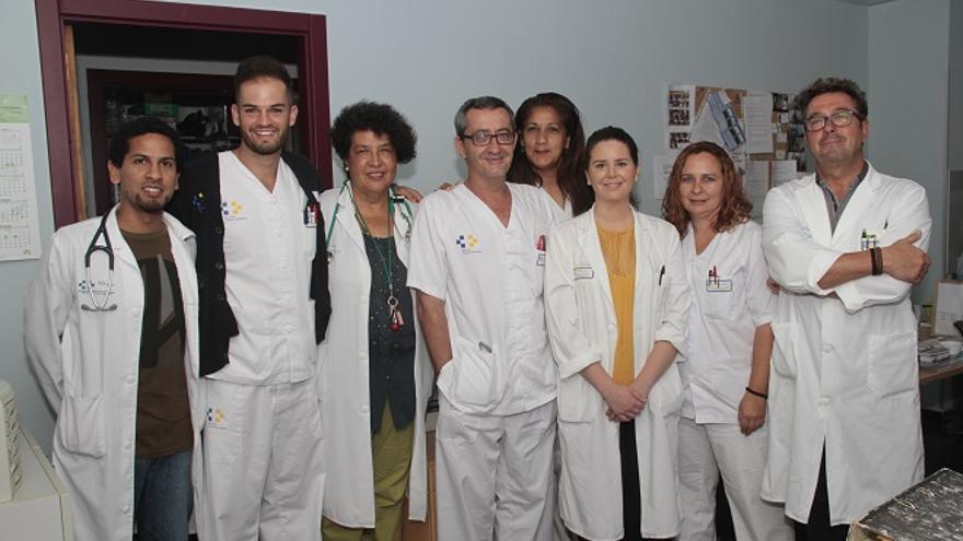 Parte del equipo de la Unidad de Cuidados Paliativos, arriba, y María Jesus Pérez, en el interior.