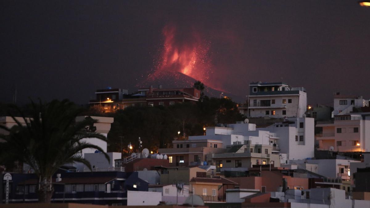 El volcán de La Palma en la noche de este jueves. / FOTO: Alejandro Ramos