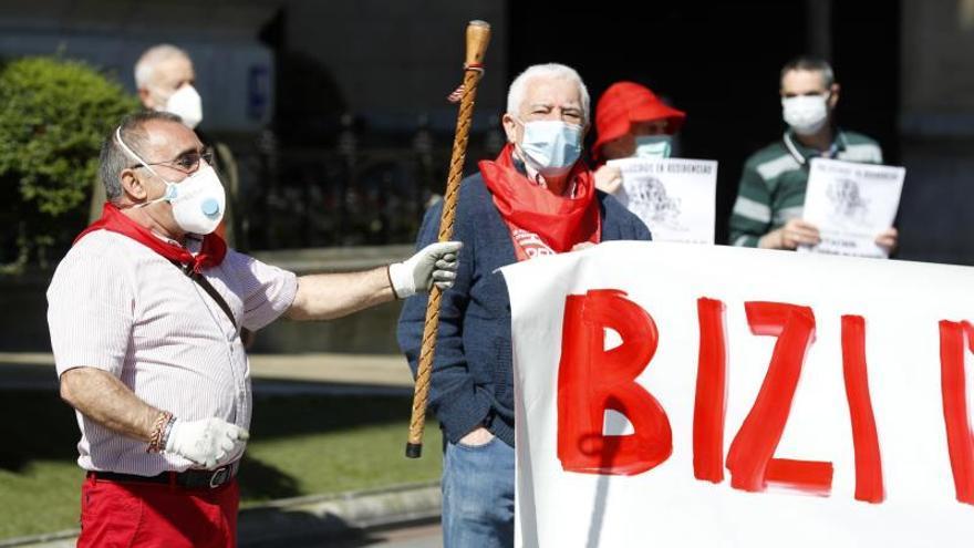 Miembros del movimiento de Pensionistas de Bizkaia este lunes en la concentración frente a la sede de la Diputación Foral contra la situación en las residencias.