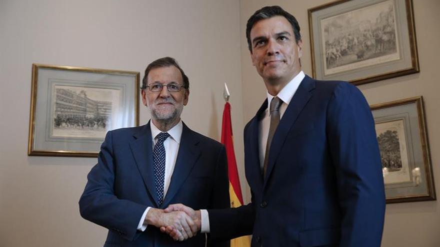 """Sánchez traslada su """"no"""" a Rajoy en una reunión de apenas media hora"""
