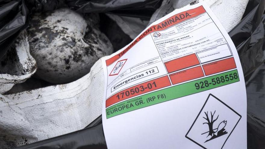El Ayuntamiento de Mogán reclamará a la aseguradora del pesquero ruso 'Oleg Naydenov' 12.600 euros para cubrir los costes que ha asumido para descontaminar 12 toneladas de piedras impregnadas de fuel que se han recogido en su litoral desde el hundimiento del barco. (EFE/ÁNGEL MEDINA G.)