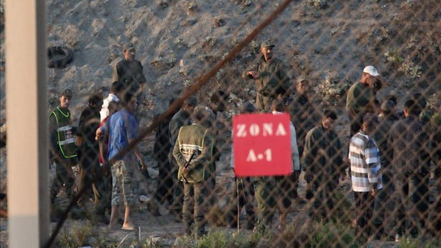 La Gendarmería marroquí impide un nuevo asalto de cien inmigrantes a Ceuta