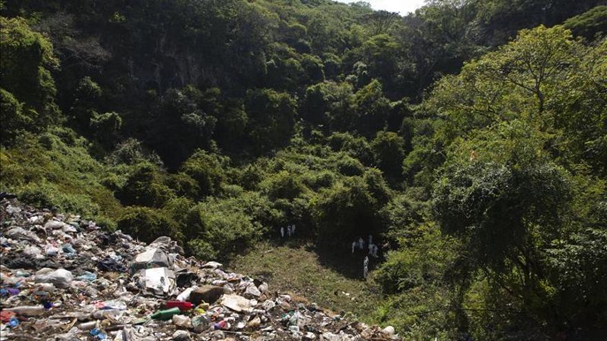 La Fiscalía mexicana recupera los restos de 19 personas en un barranco de Guerrero