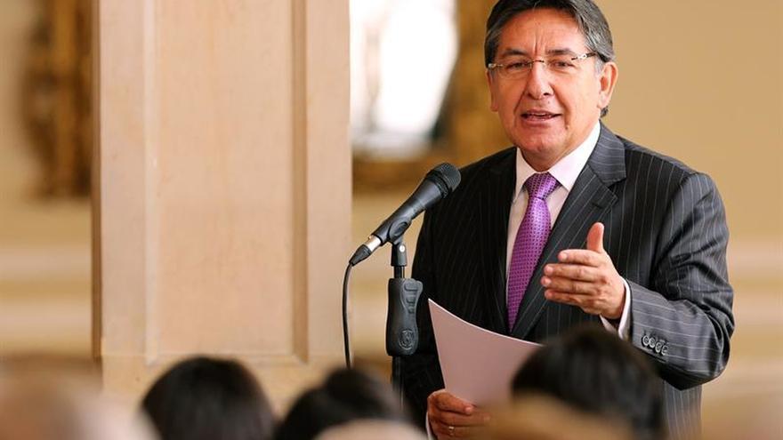 Fiscal y ministro colombiano se enfrentan por la aspersión aérea de cultivos