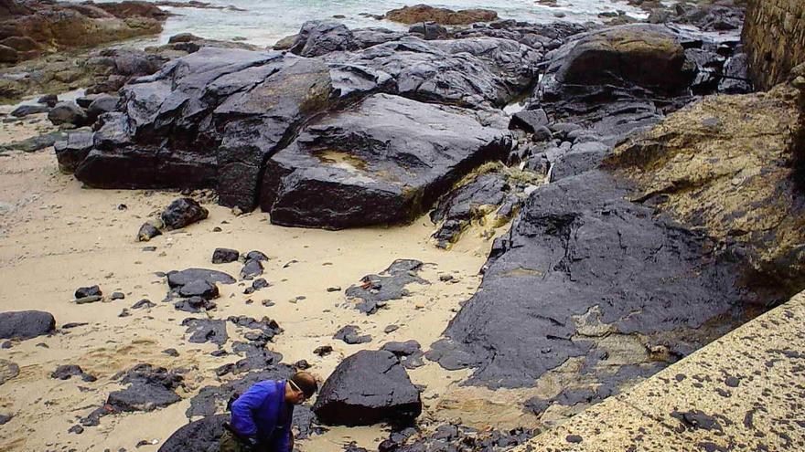 Restos de la marea negra en la Costa da Morte
