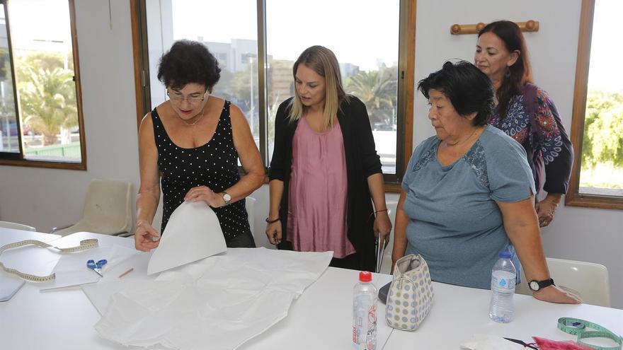La consejera de Derechos Sociales, Noemí Santana, visita un centro de mayores en Lanzarote.